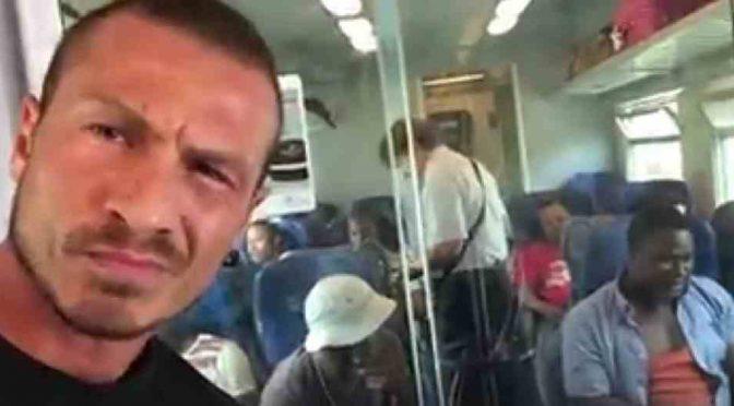 AFRICANI SENZA BIGLIETTO SE LA RIDONO CON CONTROLLORE – VIDEO