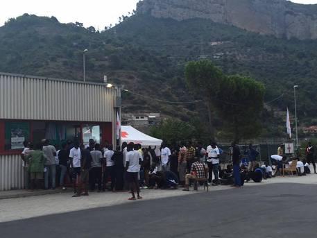VENTIMIGLIA: 750 AFRICANI GOZZOVIGLIANO A SPESE NOSTRE IN CASETTE TOLTE AI TERREMOTATI