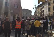 TREVISO: FINTI PROFUGHI OCCUPANO PIAZZA, ESIGONO DOCUMENTI – VIDEO