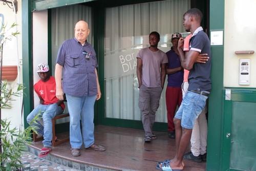 Responsabile Coop si porta 13 africani a casa sua