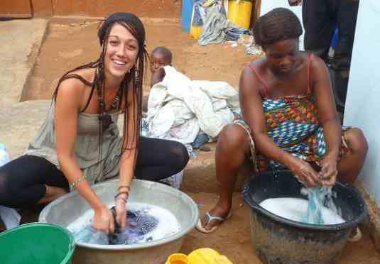 Si trasferisce in Gabon per aiutare africani: trucidata con i figli