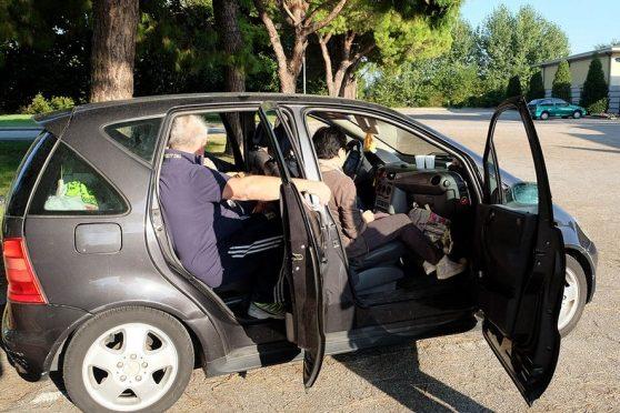 Famiglia italiana dorme in auto, Assessore affitta casa a profughi