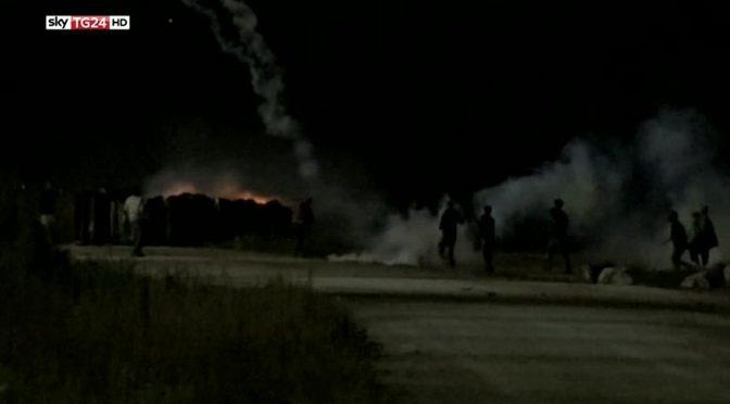 Calais: idranti contro clandestini / profughi violenti – VIDEO