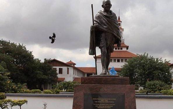 "Gandhi: ""Africani sono esseri inferiori"", via la statua dal Ghana"