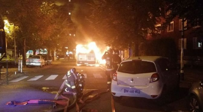 PARIGI: IMMIGRATI INCENDIANO BUS CON PASSEGGERI DENTRO