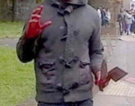 Terrore in strada, africano armato di mannaie attacca passanti