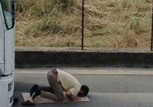 Interrompe preghiera islamica, profugo lo prende a sprangate