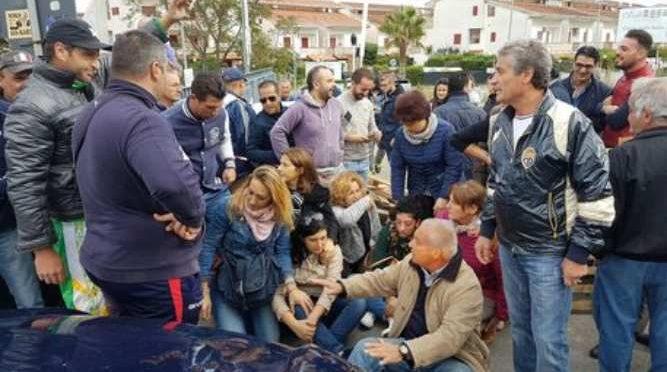 Barricate da Nord a Sud: profughi infetti cacciati da paesino