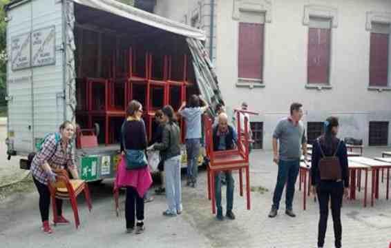 MILANO: bambini costretti a portarsi i banchi
