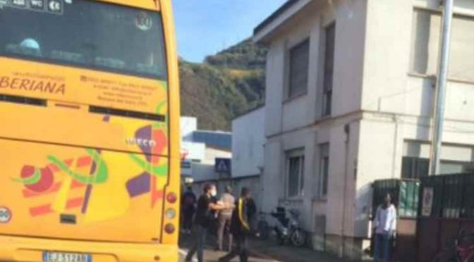 Bolzano: bus scarica decine di profughi, guanti e mascherine – FOTO
