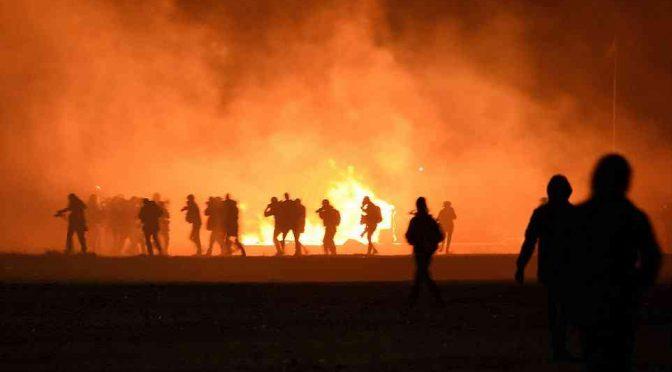 Sommossa immigrati a Calais, armati di bastoni e pistole: feriti gravi