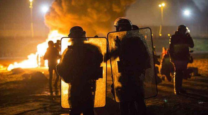 CALAIS BRUCIA: SCONTRI ISLAMICI – POLIZIA NELLA NOTTE – VIDEO – FOTO