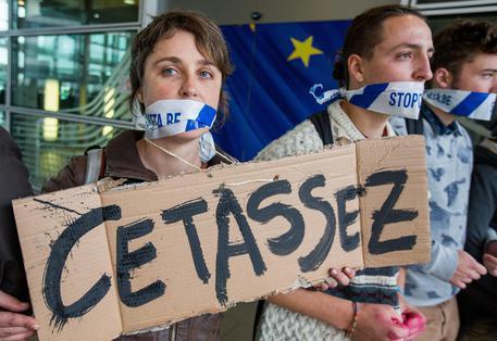 CETA: PROTESTE A BRUXELLES, BUROCRATI UE FIRMANO