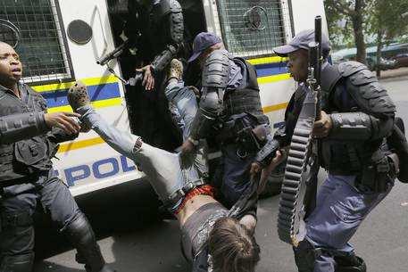 SUDAFRICA: POLIZIOTTI NERI PICCHIANO STUDENTI BIANCHI – FOTO