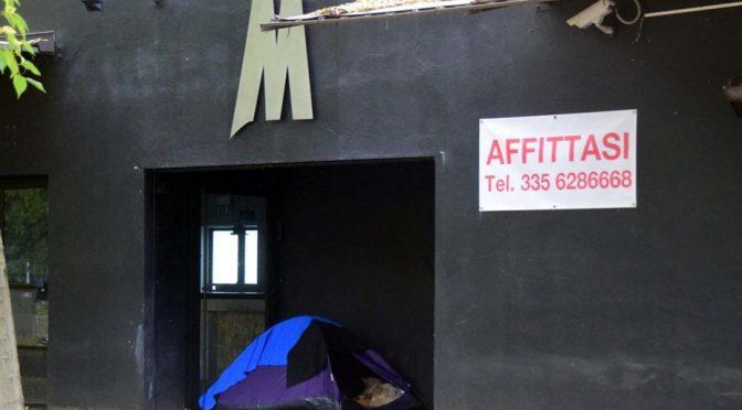 Biella: arrivano 'loro' e la stazione diventa piccola tendopoli