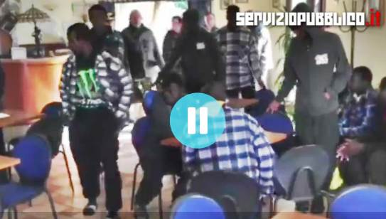 PROFUGHI IN HOTEL REQUISITO, TITOLARE SI BARRICA – VIDEO CHOC