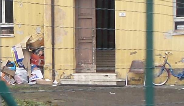 Imola: profughi usano cortile come discarica abusiva