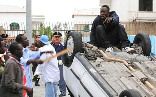 Nigeriano impazzito semina il panico: assalta automoblisti, massi in strada