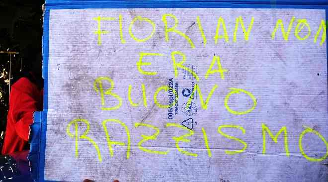 """Profughi esigono licenziamento cameriere romeno: """"Florian no buono, razzista"""""""