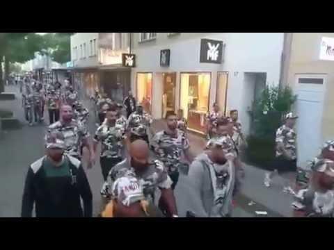 Islamici marciano attraverso città tedesca in mimetica – VIDEO