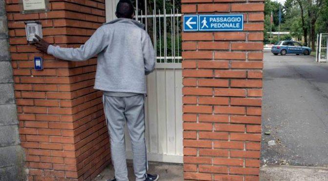 Milano: profughi distribuiti con furgoni da racket elemosina