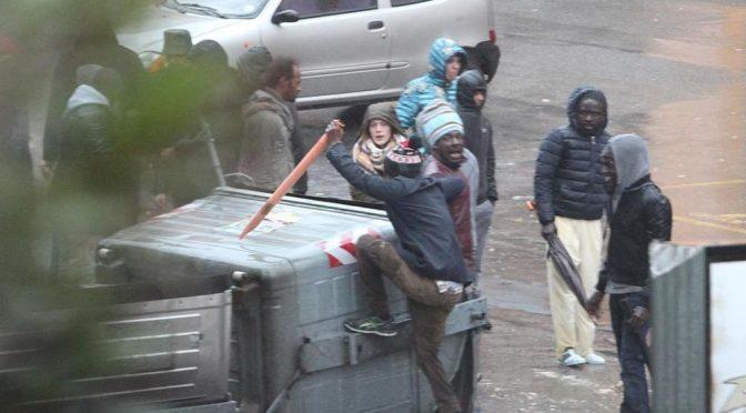 RESIDENTI RINCORSI DA PROFUGHI ARMATI DI BASTONE – VIDEO