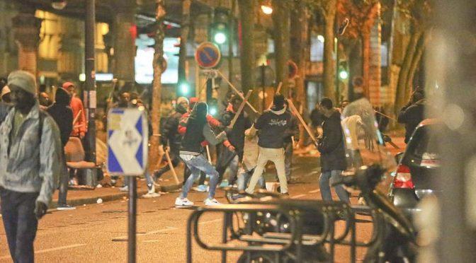 PARIGI: IMMIGRATI ARMATI DI BASTONE TERRORIZZANO – IMMAGINI CHOC