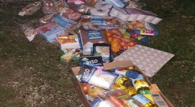 Coca Cola finita, profughi indignati gettano cibo per strada – FOTO