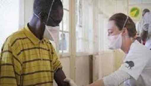 """Clandestino con mascherina tra donne incinte, autorità rassicurano: """"Già avuta TBC"""""""