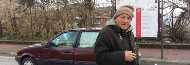 Antonio, da tre anni vive in auto: cenone sul cofano della Fiesta