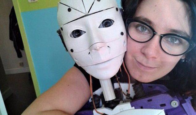 """Lilly convive con un robot che vuole sposare: """"Legalizzate matrimoni"""""""
