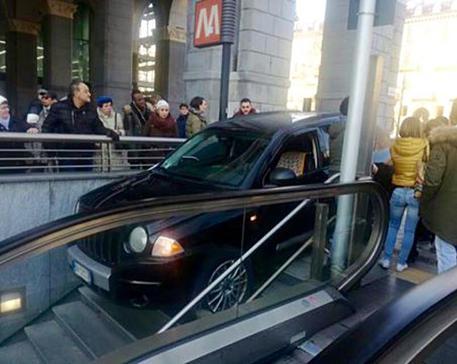 TORINO: Donna al volante – FOTO