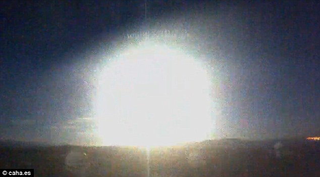 Un bagliore nel cielo: meteorite squarcia la notte – VIDEO