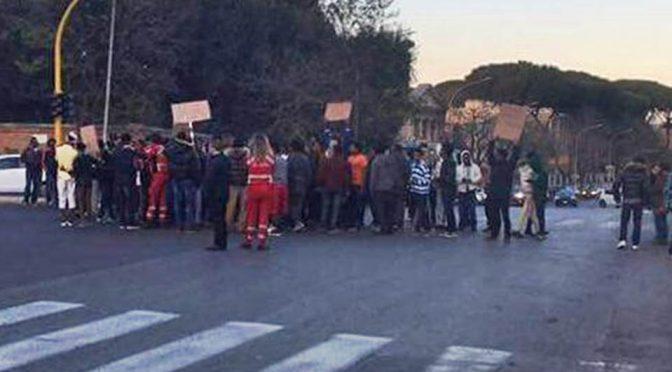 """CAOS A ROMA, PROFUGHI BLOCCANO TRAFFICO: """"VOGLIAMO LA CASA"""" – VIDEO"""