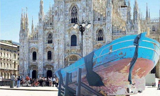 """Salvini contro barcone clandestini davanti al Duomo: """"Avete rotto!"""""""