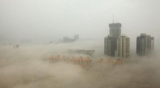 GLOBALIZZAZIONE: PECHINO AVVOLTA DALLA NEBBIA INQUINANTE – FOTO
