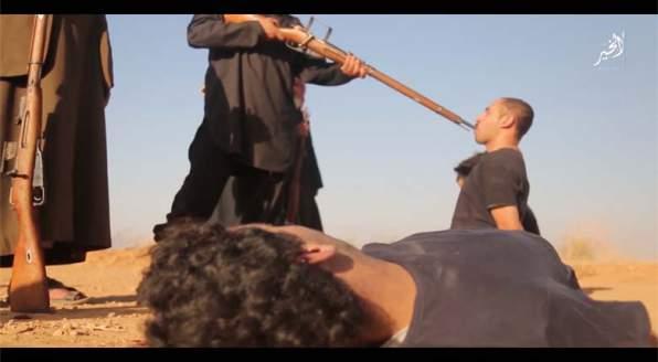 ISIS GIUSTIZIA 4 'INFEDELI' CON FUCILATE IN BOCCA – VIDEO CHOC