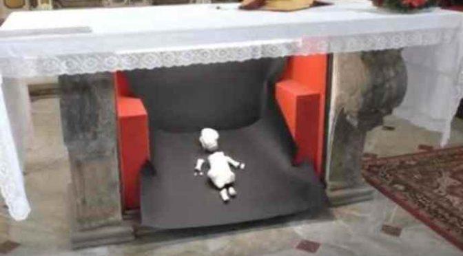 Presepe islamico in chiesa: Bambinello decapitato – VIDEO