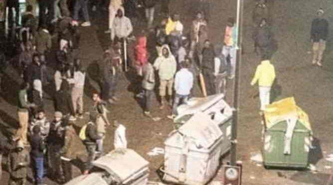 MILANO: RIVOLTA IMMIGRATI, ZONA DEVASTATA E CASSONETTI ROVESCIATI