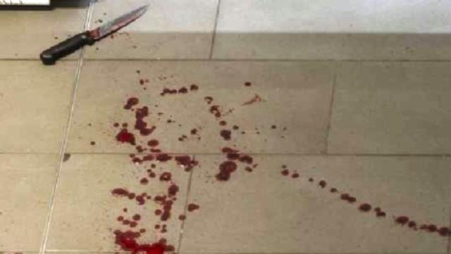 Profughi armati di coltello in condominio, mani e vestiti sporchi di sangue