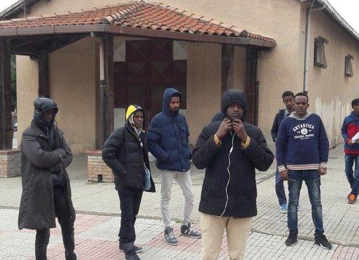 Coppia senzatetto fa irruzione in centro profughi armata di bastoni: «E questo è solamente l'inizio».