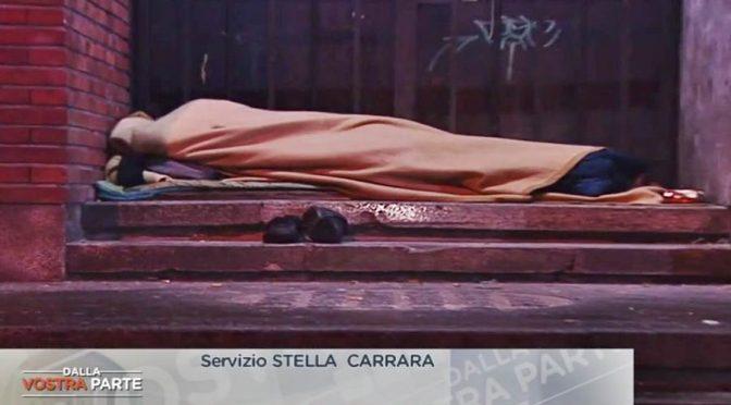 Disoccupato e sfrattato dorme davanti a centro profughi perché Italiano – VIDEO