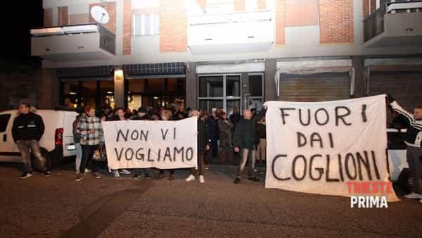 """Profughi lanciano sassi contro Italiani: """"Dovete mantenerci"""" – VIDEO"""