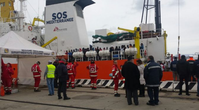 Scafisti privati scaricano 302 clandestini a Messina, infetti a bordo