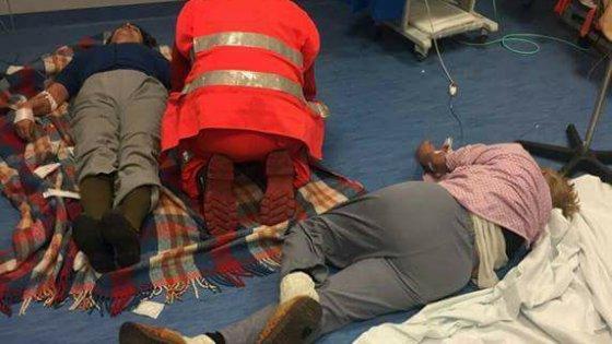 Nola: pazienti senza letti, 'curati' a terra