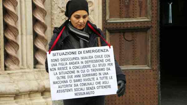 """Mamma invalida dorme in auto con figlia: """"Perché sono Italiana"""""""