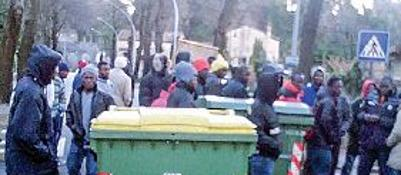 Profugo blocca auto con cassonetti: poi aggredisce carabinieri