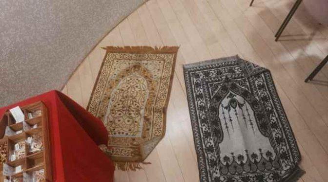 Prete trasforma Chiesa in Moschea: tappeti davanti altare