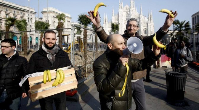 Piazza Duomo, Lega distribuisce banane per protesta – FOTO