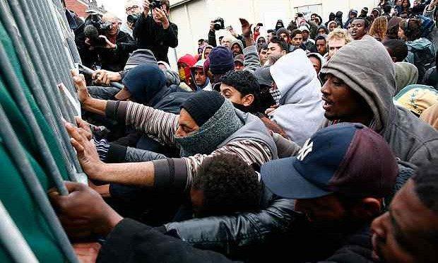 Ora i profughi sparano: 5 feriti e paura davanti centro accoglienza
